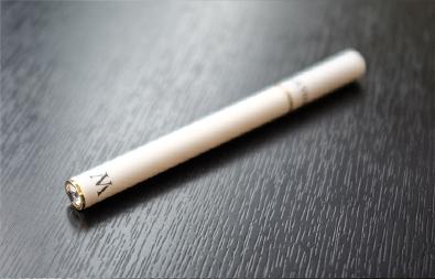 Mars-ecigarette-slim-homme-blanc-led-bleue